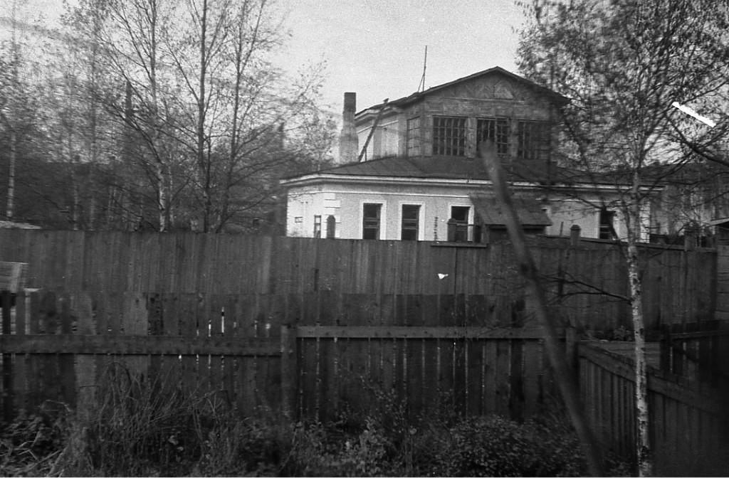 Дом на Дзержинского (бывшая Стрелковая улица) 21 в г. Южно-Сахалинске, вид с юга