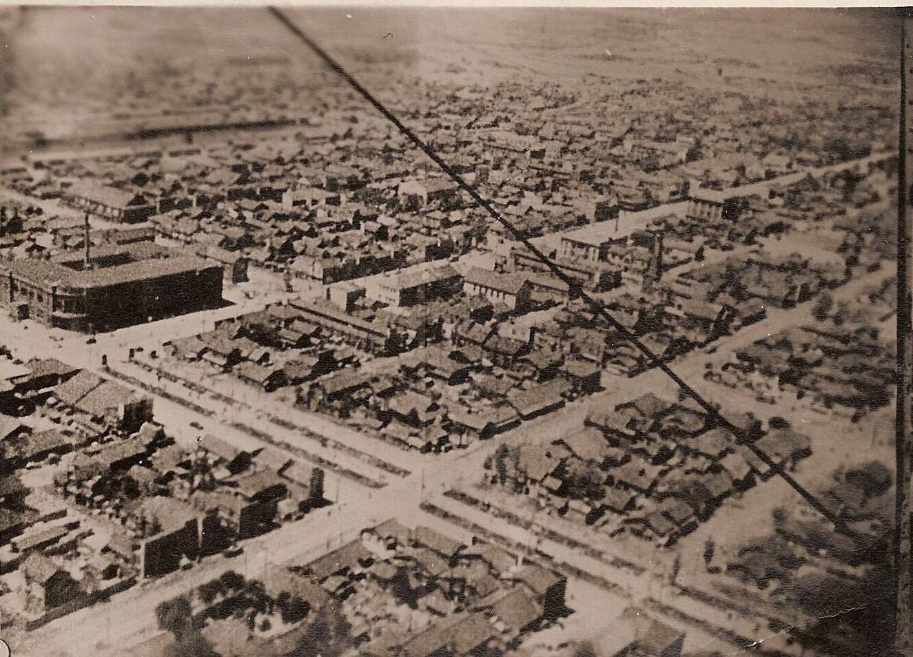 Общий вид города Тойохара с высоты птичьего полета. В центре виднеется улица Дзинзя-дори (Коммунистический пр-т) и здание почты.