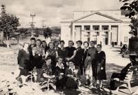 Участницы первого Сахалинского фестиваля в сквере драматического театра в г. Южно-Сахалинске