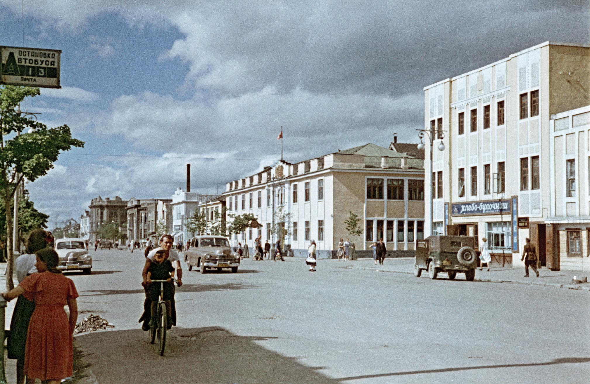 Улица Ленина, хлебо-булочный магазин и горисполком.