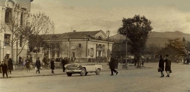 Улица Сахалинская, вдали виднеется кинотеатр Комсомолец