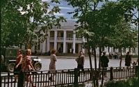 На улице Ленина, на заднем фоне гостиница Дальневосточная