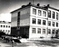 Школьники у школы №1 г. Долинска