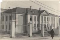 Двухэтажное здание средней школы №6 в г. Холмске