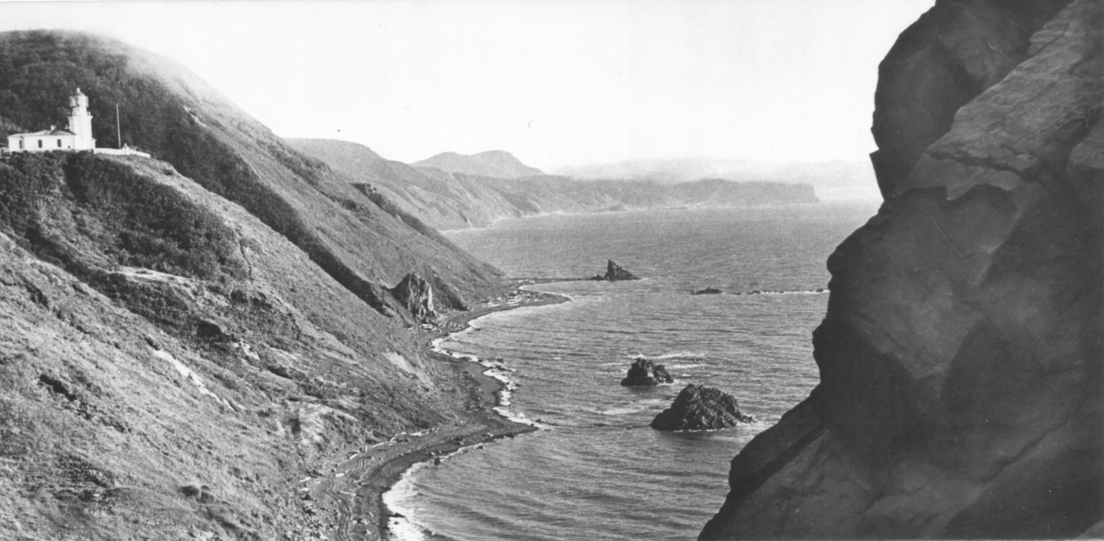 Вид на западное побережье и маяк Жонкиер