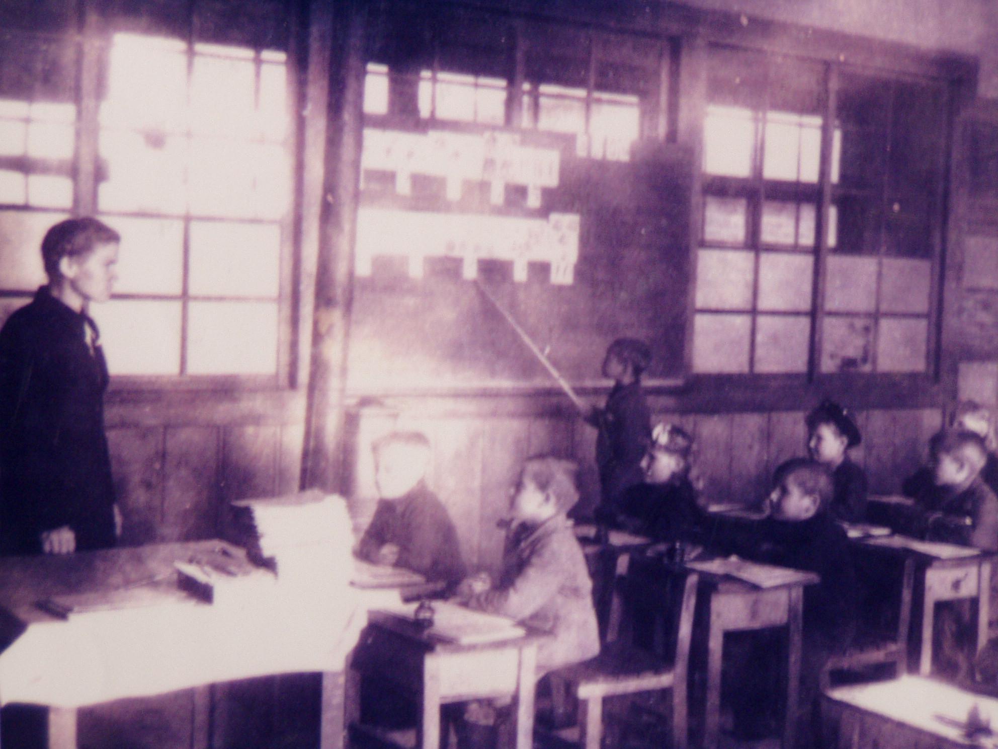Класс в японской школе п. Каваками. Классы в школе были просторными, светлыми, но очень холодными. В классных помещениях находились железные печки, которые постоянно нужно было протапливать.