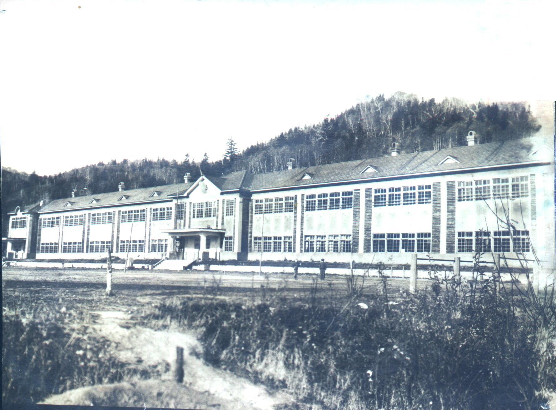 Японская школа в п. Каваками. Деревянное двухэтажное здание с тремя подъездами в длину имело 110 м. Классы в школе были просторными, светлыми, но очень холодными. В классных помещениях находились железные печки, которые постоянно нужно было протапливать.