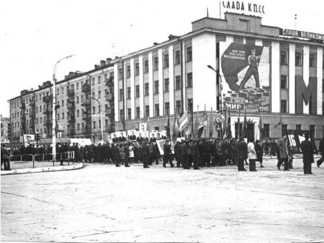 Первомайское шествие по улице Ленина г. Южно-Сахалинск