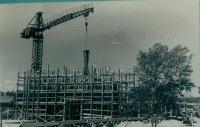 Монтаж каркаса здания. Строительство Областного драматического театра. Серия снимков.