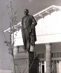 Прогулочный вид В.И. Ленина на постаменте перед Домом культуры в г. Оха