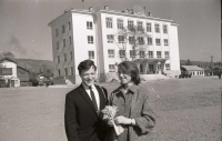 Иван Воробьев с женой на фоне Горисполкома г. Южно-Сахалинска