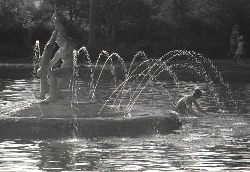 Фонтан 'Юноша с осетром' в городском парке Южно-Сахалинска