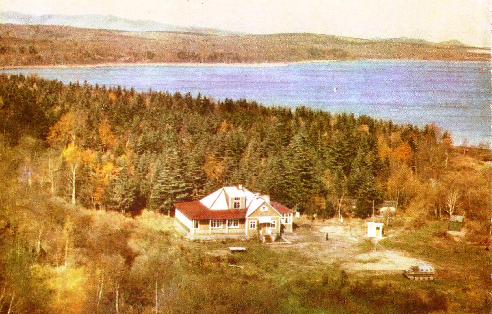 Бирюсинка. Дом рыбака и охотника. На заднем фоне озеро Тунайча