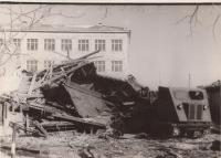 Разрушенное здание японской женской гимназии за которым здание средней общеобразовательной школы №4.