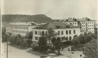 Уголок города - магазин 'Универмаг', влево от него медучилище.