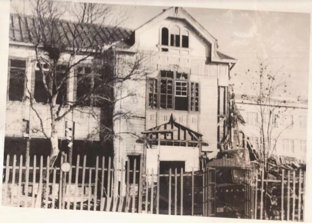 Полуразрушенное здание японской женской гимназии