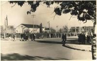 Городской сквер, перекрёсток ул. Дзержинского (сейчас Ленина) и ул. Советской.