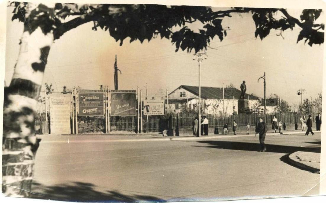 Городской сквер, перекрёсток ул. Дзержинского (Ленина) и Советской.