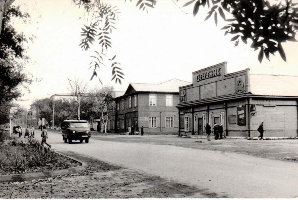 Здани кинотеатра 'Спутник' по улице Дзержинской. Следующее за ним здание библиотеки (2-хэтажное).