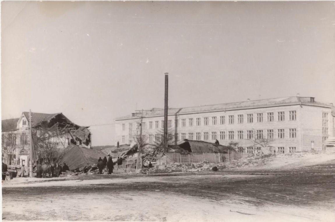 Разрушенное здание японской женской гимназии, за которым здание 4-й средней общеобразовательной школы