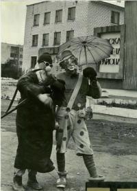 На площади Ленина рядом с доской почета. На заднем фоне здание администрации п. Тымовское. Юморины