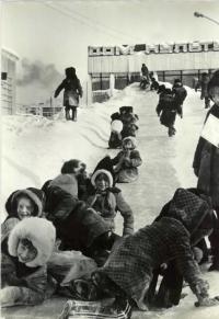 Дети на снежной горке перед домом культуры Юбилейный в п. Тымовское