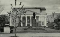 Здание Сахалинского областного драматического театра им А.П.Чехова, на улице Ленина