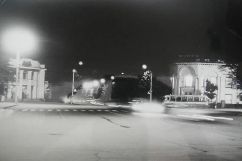 Вечер в Южно-Сахалинске. Вид на магазин 'Продукты' и гостиницу 'Дальневосточник'