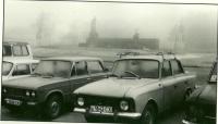 Утро на площади Славы в г. Южно-Сахалинск. На заднем плане мемориальный комплекс