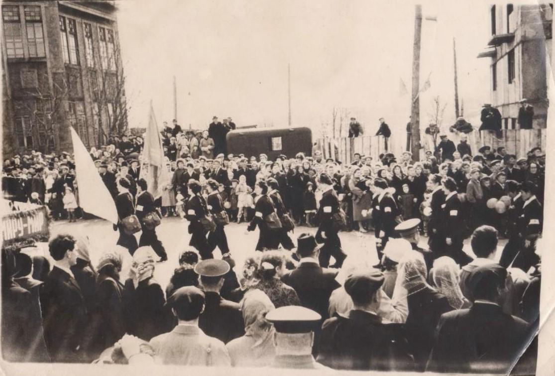 Прохождение сандружины г. Корсакова на 1 майской демонстрации