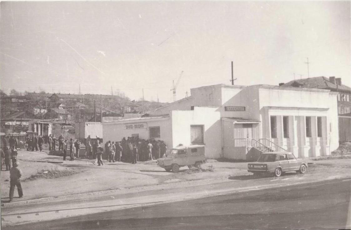 Магазин 'Продукты' на улице Морской в период всеобщего дефицита, начало 90-х годов XX века