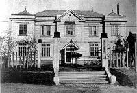 Здание мэрии Одомари. Построено в 1915 г. Год съемки приблизителен.