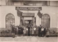 Оригинал, видовая, портрет групповой. Место съемки: ул. Октябрьская, напротив ателье мод.