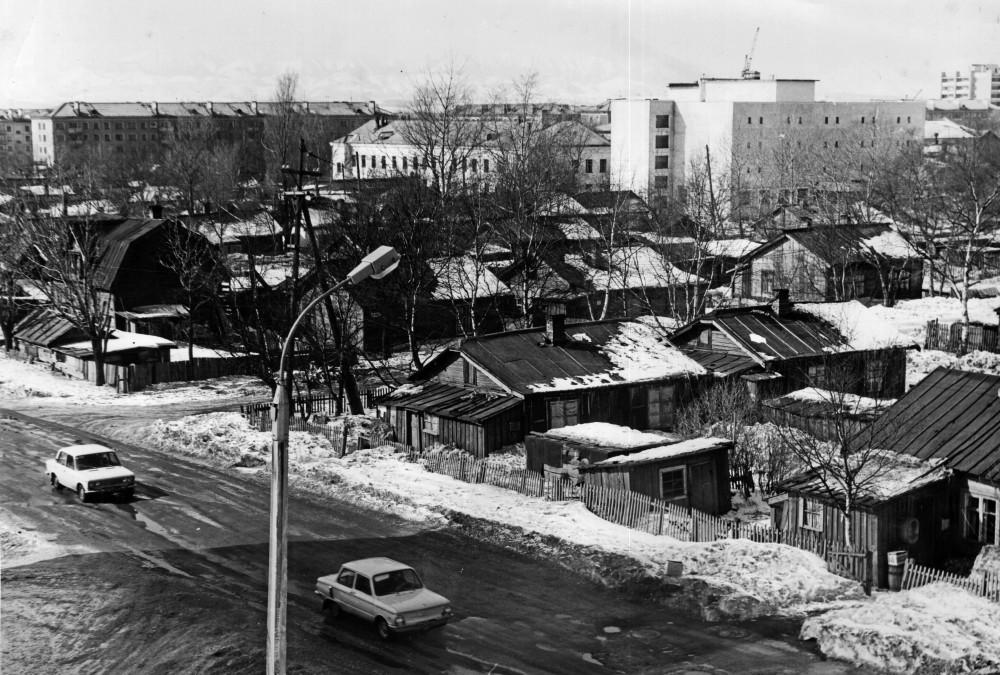 Район Дома торговли. Виднеется здание Государственного архива Сахалинской области