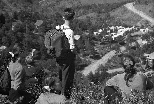 Туристы в окрестностях г. Чехова. Холмский район