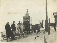 Часовня в п. Александровском и оленья упряжка