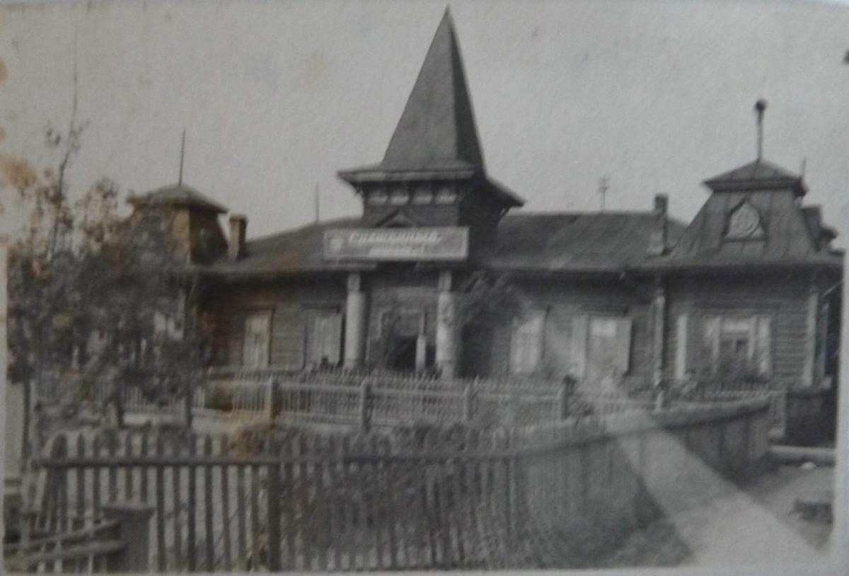 Магазин №1 'Смешаный' по ул. Дзержинского на углу Аптекарского переулка (Строкова). Бывшее жандармское управление до 1917 года