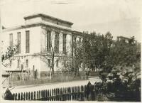 Здание администрации г. Александровска-Сахалинского. Построено в 1935 г. Сдано в эксплуатацию в 1938 г.