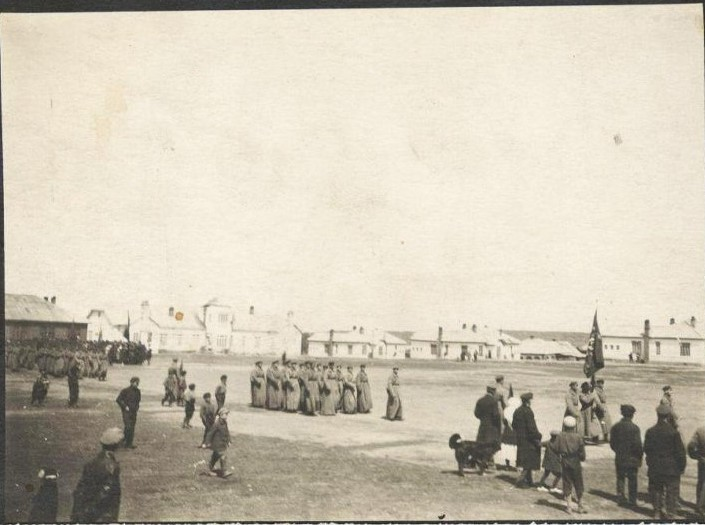 Первый после освобождения Северного Сахалина от японских оккупантов военный парад и демонстрация трудящихся на центральной площади поста Александровска 7-го ноября