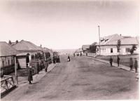 Местные жители на главной улице поста Дуэ. Вид от церкви в сторону моря.