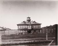 Вид фасада здания тюрьмы.