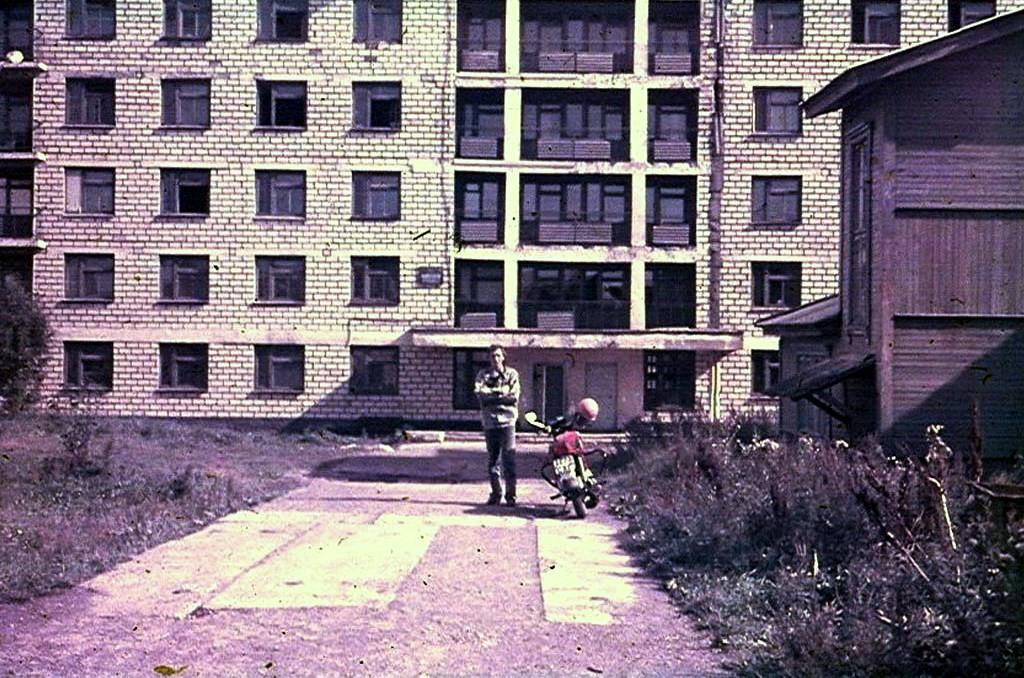 У здания педагогического училища в г. Александровск-Сахалинске. Автор фото приехал на мотоцикле с г. Охи