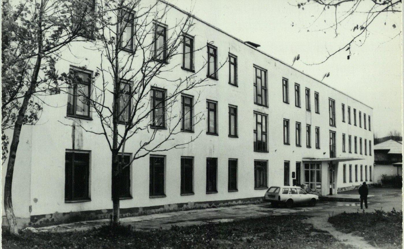Белое трехэтажное здание. Из коллекции набора фотографий 'Александровск-Сахалинский 93'.