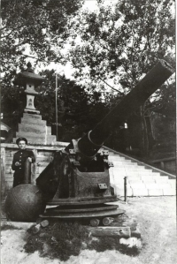 Орудие с крейсера 'Новик', принимавшего участие в русско-японской войне 1904-1905 гг, установленное возле храма Отомари.