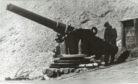 Пушка с крейсера 'Новик' возле храма. Город Отомари.