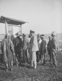 Группа людей перед информационной панелью в Отасу