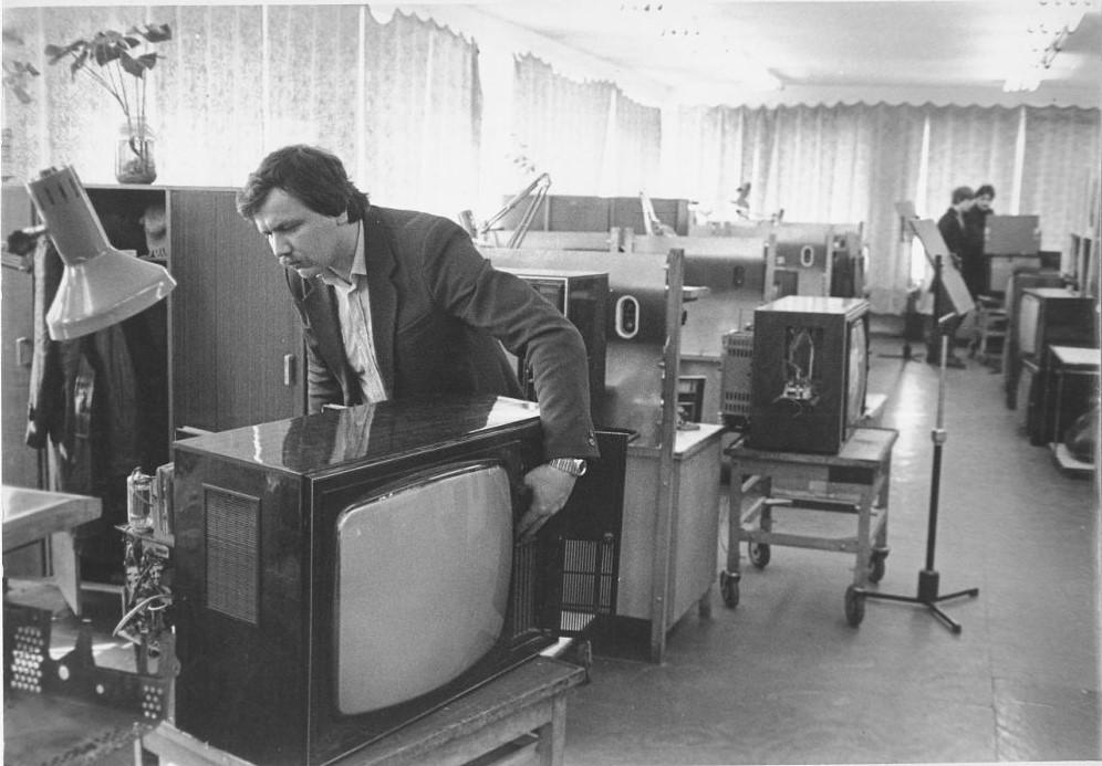 В радиомастерской Дома быта г. Южно-Сахалинска. 21 марта