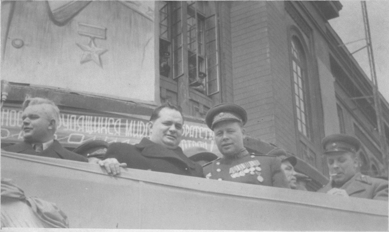 Празднование 1 мая. Участники празднования на крыльце здания почтамта.