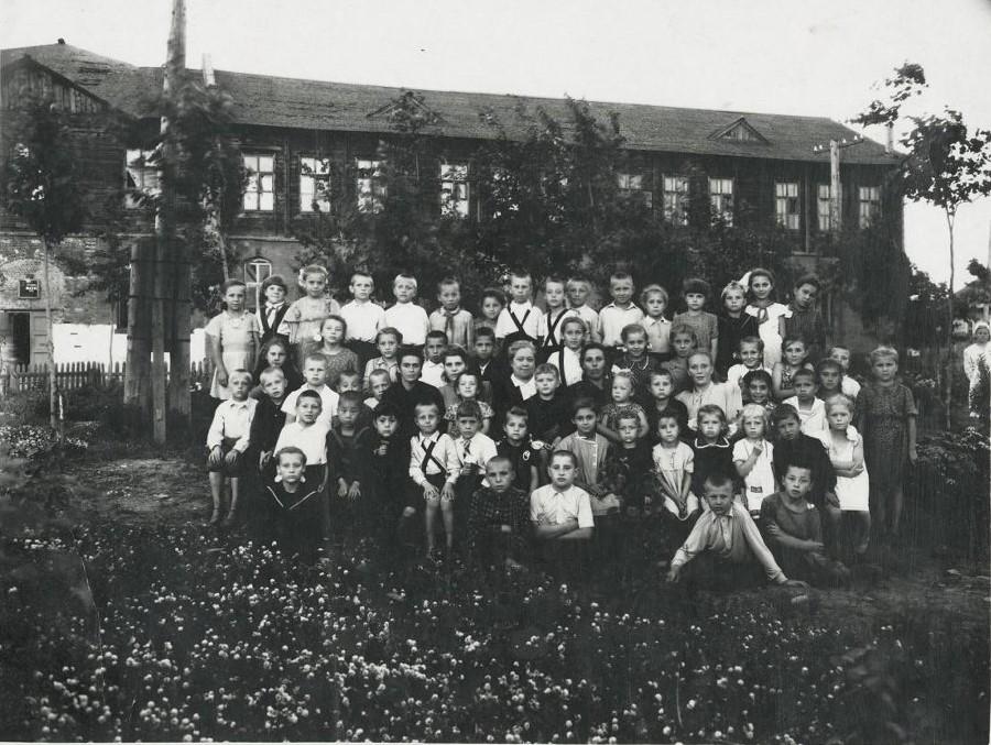 Группа учеников и учителей школы № 11 на летней площадке.Выпуск 1952-1953 гг.