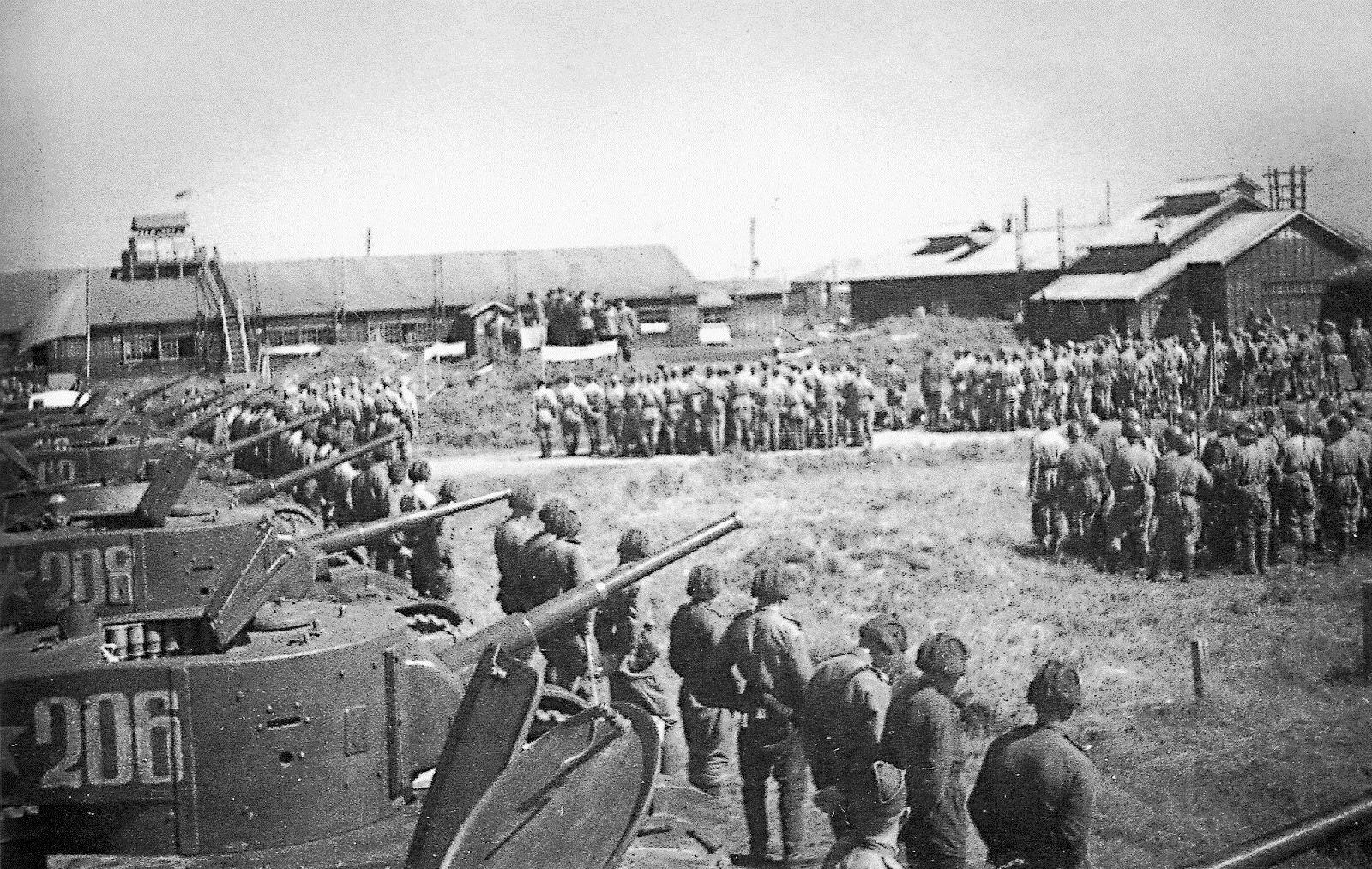 Танки Т-26 и красноармейцы во время построения на площади города Сикука на Южном Сахалине